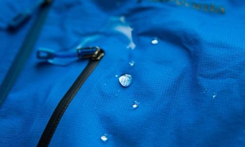Куртки для райдеров имеют внешнее мембранное покрытие, имеющее влагоотталкивающие свойства и обеспечивающее комфортную носку