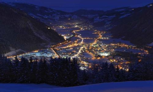 Курорт построен на высоте 600 м над уровнем моря в долине Циллерталь, которая находится между горами Пенкен и Ахорн